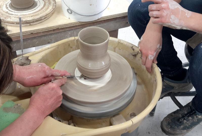 Tournage niveau II, permettra à l'élève d'approfondir ses habiletés dans les techniques et méthodes du tournage de l'argile.