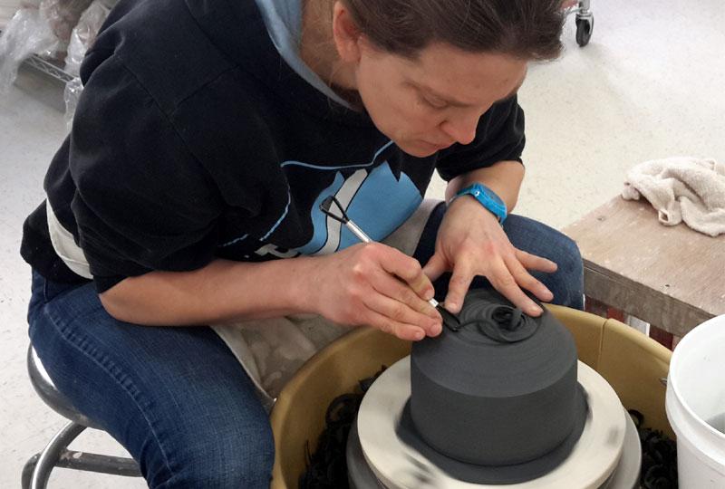 Dans Tournage niveau III, l'élève se familiarisera à l'exécution de projets de tournage dont la complexité est moyenne et forte (volume de 1.5 kilo).